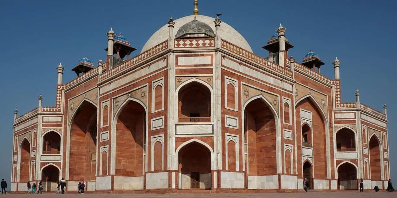 Travel from Mumbai to Delhi and Create Sweet Memories